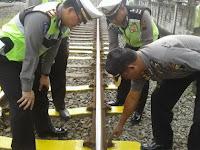 Waduh, Polisi Temukan Sandal Jepit Bekas Dipakai untuk Ganjal Pengait Rel KA