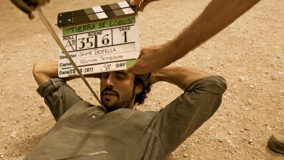el actor Álex García y la claqueta cap. 19 de Tierra de lobos con Jaime Botella (dir) y Víctor Tejedor (dop)
