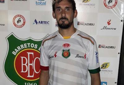 O atacante Barcos marcou os quatro gols da vitoria do BEC.