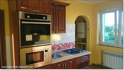 kuchnia na gotowo z powieszonymi meblami