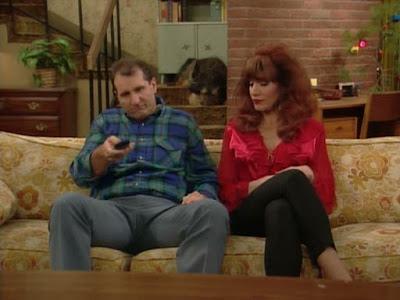 Al und Peggy Bundy auf Sofa mit Fernbedienung