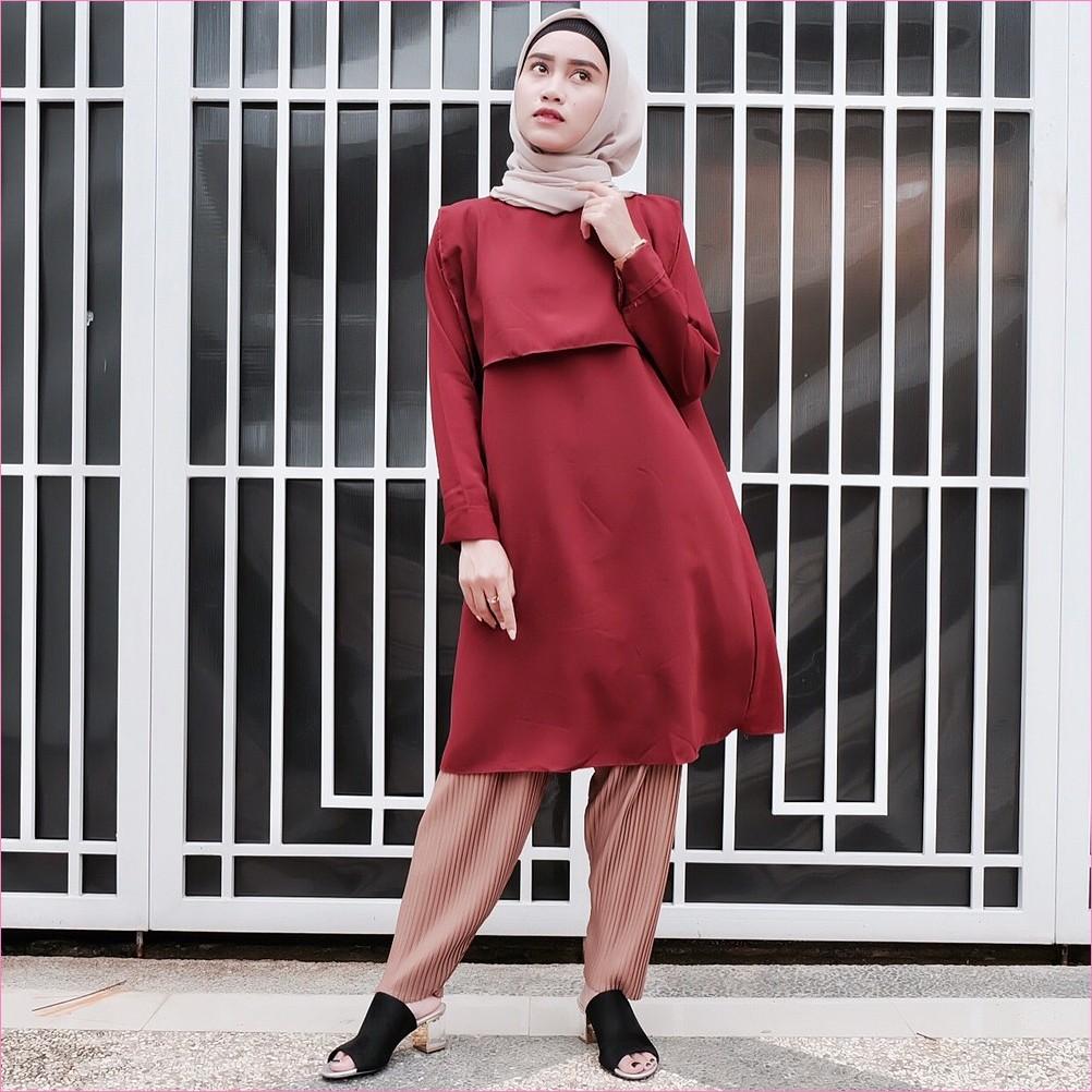 Outfit Baju Tunic Untuk Hijabers Ala Selebgram 2018 baju tunic merah maroon kerudung segiempat hijab square warna mocca ciput rajut celana kulot celana plisket krem high heels wedges hitam jam tangan ootd trendy kekinian