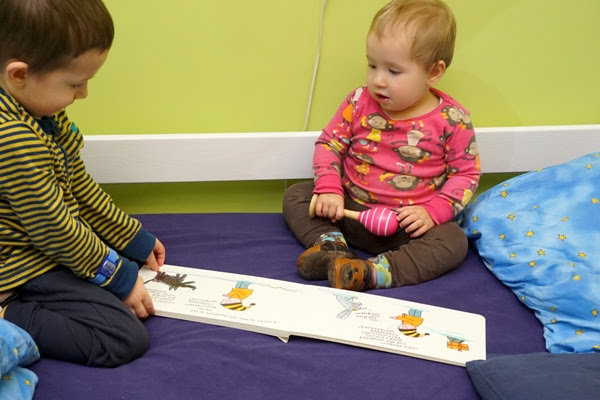 trzylatek i młodsza siostra razem czytają