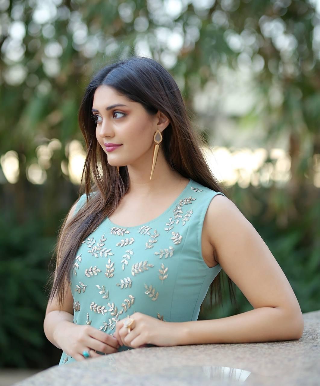 24 beautiful hd photos of actress surbhi puranik (surabhi)