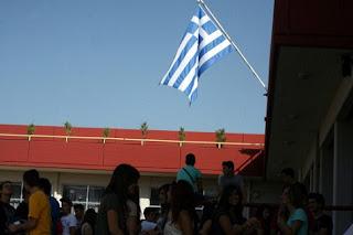 Τέλος και ο εθνικός ύμνος με την έπαρση της σημαίας στα σχολεία