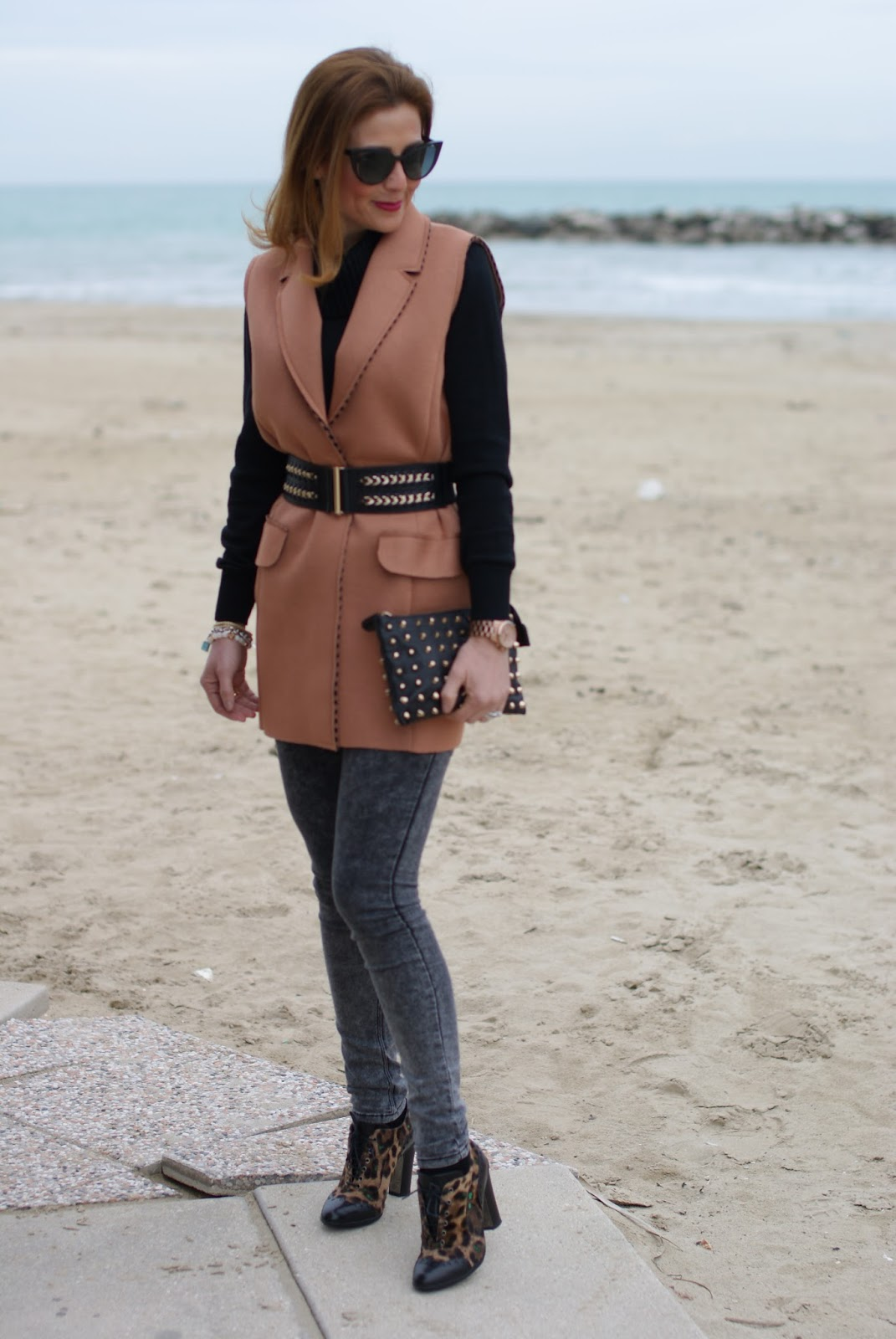 How to spice up a simple outfit with a camel sleeveless jacket and roberto botticelli shoes on Fashion and Cookies fashion blog, fashion blogger style