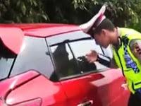 Pak Guru Terciduk Polisi Saat Asik Indehoi Dengan Mantan Siswinya Dalam Mobil