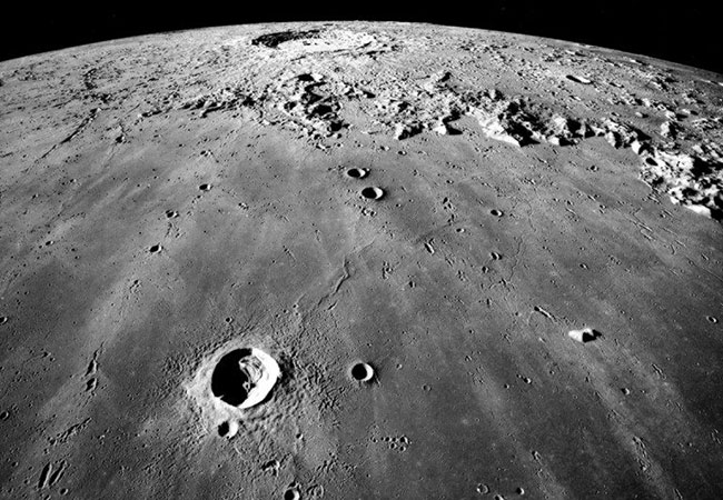 Penelitian Two windows of possible life appear on the moon