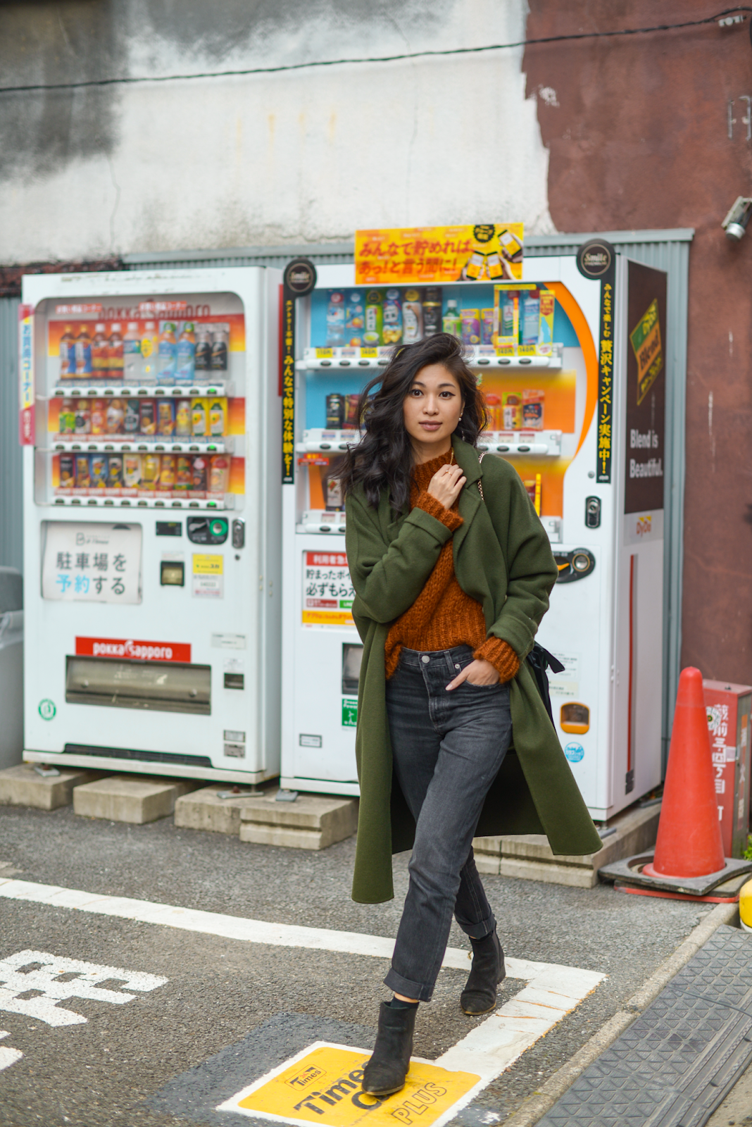 Tokyo vending machines, olive green coat outfits, how to dress for Tokyo in the fall, New York personal style blogger, New York City lifestyle - Press to Resume / 012019 - FOREVERVANNY.com