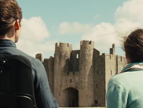 Will Traynor (Sam Claflin) y Louisa Clark (Emilia Clarke) en el castillo de Stortfold, en Yo antes de ti - Cine de Escritor