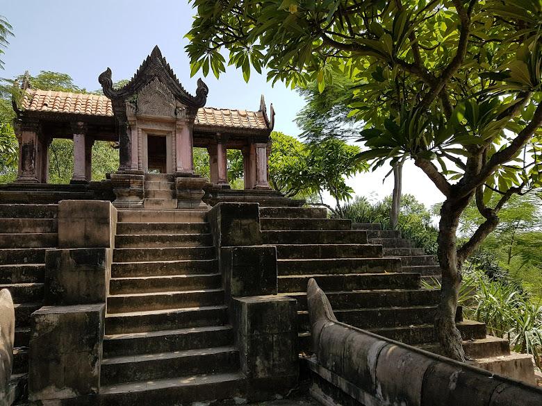 這座 Prasat Phra Wihan 的故事很有印象,該廟在國際仲裁被判給柬埔寨,創辦人把整座廟以及山仿製搬到這裡