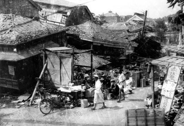 O distrito de Akasaka, uma das áreas residenciais de Tóquio, fica em ruínas após o terremoto de magnitude 7,9 em 1º de setembro de 1923.