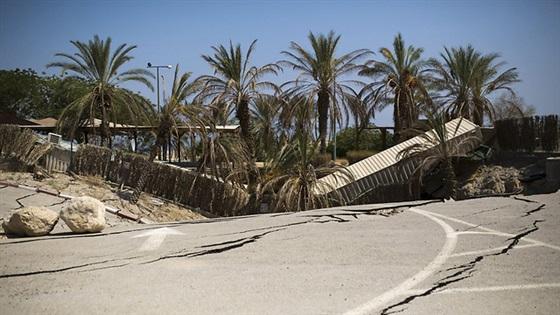 ALLAH SWT MURKA!! Israel Diguncang Gempa Setelah Merusak Masjid Al Aqsa; Tolong di SHARE agar banyak yang mendo'akan saudara-saudara kita di PALESTINA. Aamiiin...