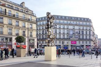 Paris : L'Heure de tous et Consigne à vie, deux oeuvres signées Arman sur le parvis de la Gare Saint-Lazare - IXème