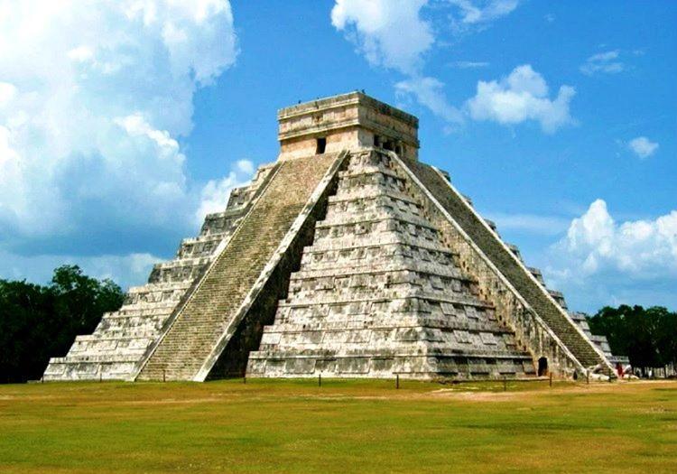 Kukulkan Tapınağı milattan önce 9. asırda inşa edilmiştir, bilinen diğer adı Kukulkan Pirami'didir.