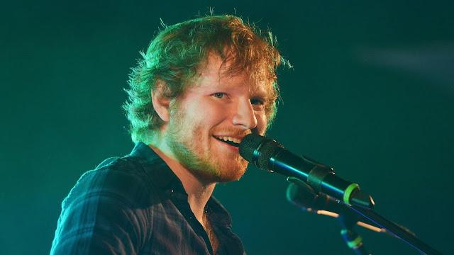 Ed Sheeran cantando