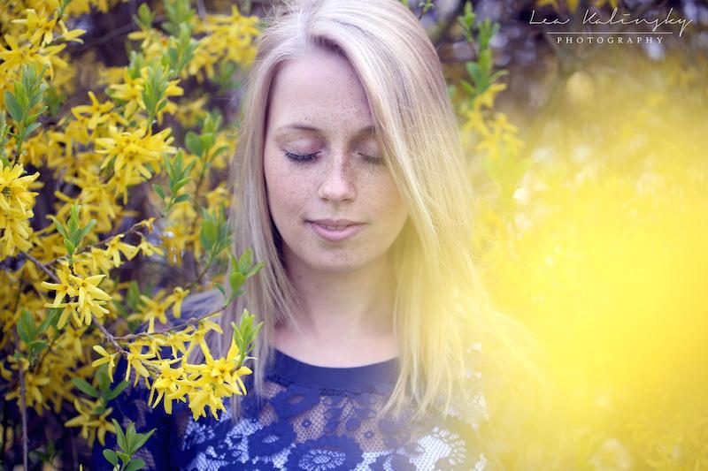 Portrait mit blühendem Busch im Frühling