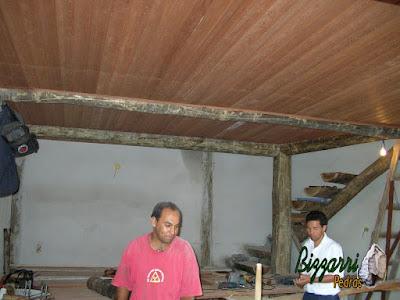 Execução do forro de madeira por baixo da laje deixando a viga de eucalipto que apoia a laje aparente.