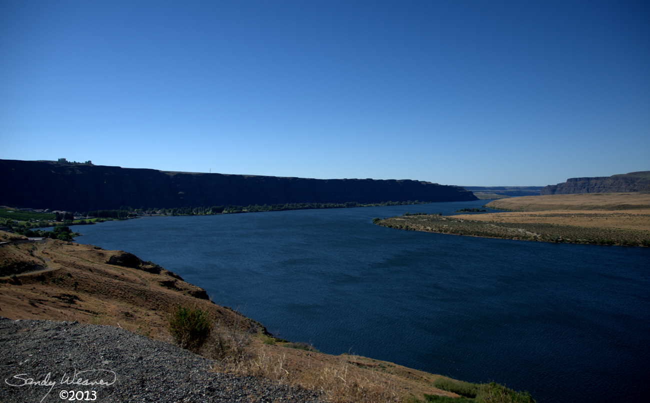 how deep is the columbia river in washington