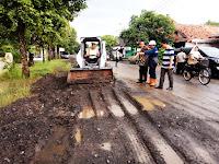 Hasil gambar untuk bupati pekalongan jalan rusak kfm