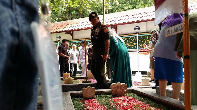 Panglima TNI Gatot Nurmantyo Berziarah di Komplek Makam Keluarga Pesantren Tebu Ireng