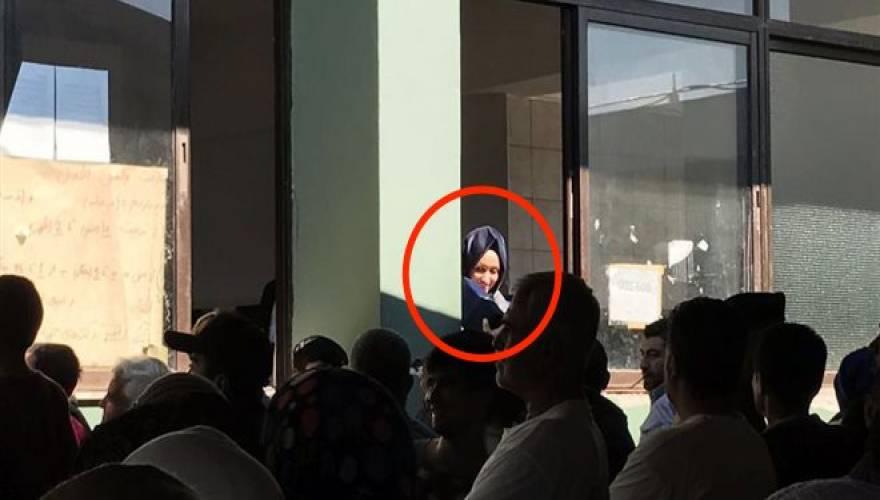 Η κόρη του Τούρκου πρωθυπουργού στους (πρόσφυγες) στο Σχιστό!