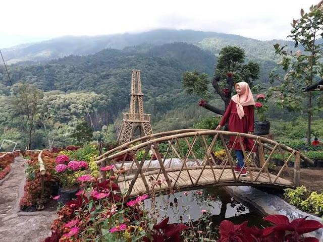 Miniatur Efiel dan Jembatan Cinta Sendi Adventure Park