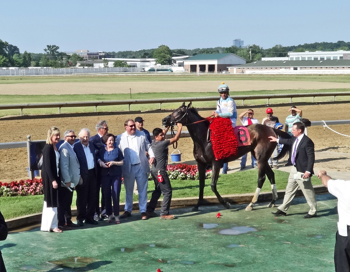 75f011f6c Mo Tom gets the garland of roses in the Winner s Circle