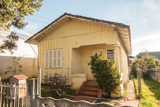 Uma casa de madeira pintada de amarelo