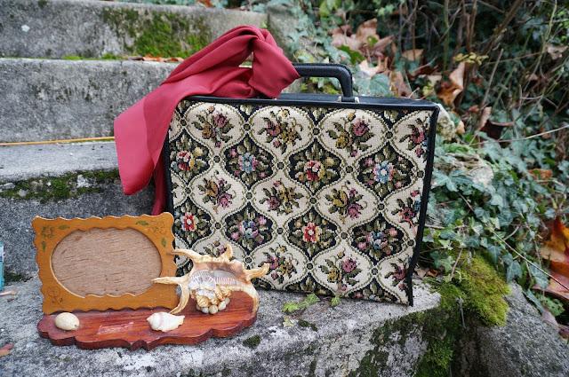 une valise en tapisserie , un foulard et un cadre souvenir 60s tapestry case , burgundy scarf , wooden souvenir with frame and shells