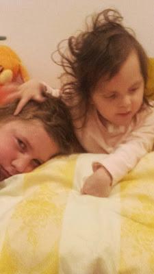 malá Katka so starším bratom