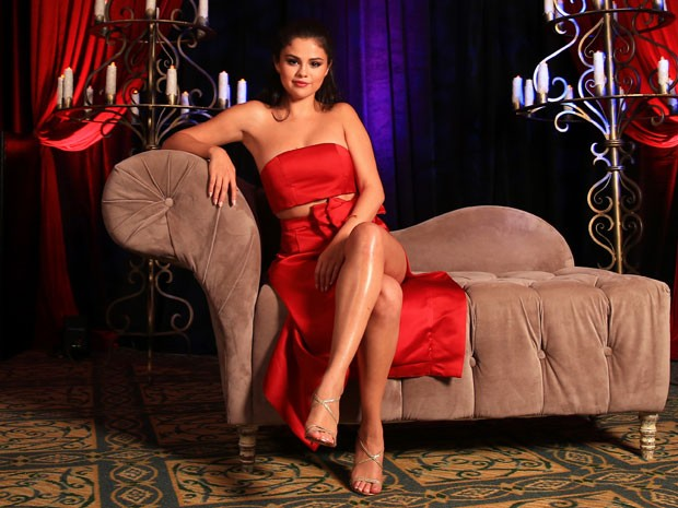 Selena Gomez bet on slot and displays her legs premiere