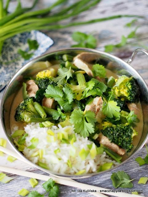 zielone curry, wieprzowina, schab wieprzowy, zielone warzywa, fasolka szparagowa, mrozonki, brokuly, szpinak, na rozgrzanie, kuchnia indyjska, co na obiad, szybki obiad