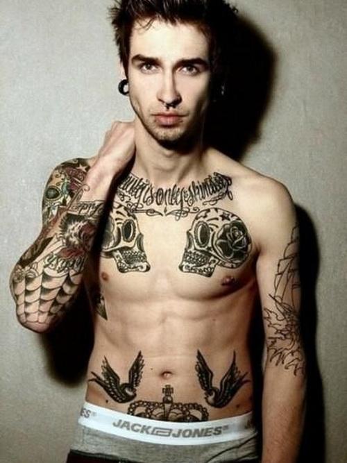 Tatuajes en pectorales de calaveras
