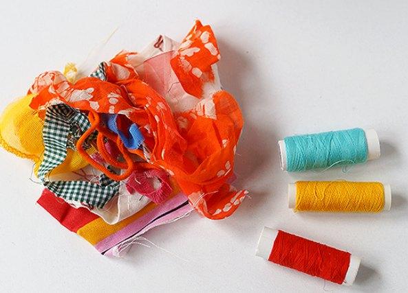 como hacer bolas de tela e hilos