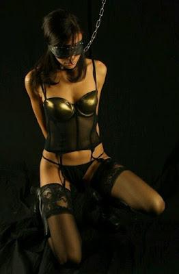 femme soumise genoux équilibre bdsm