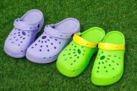 انتبه ارتداء الأحذية البلاستيكية يتسبب في الإصابة بأمراض خطيرة