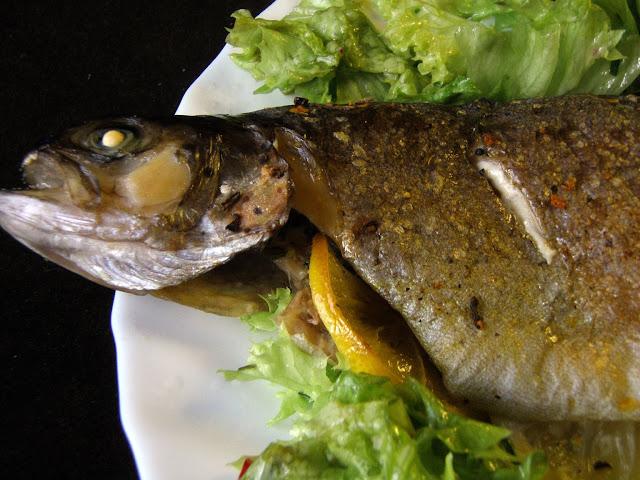 ryba Pstrąg pieczony ze świeżymi ziołami