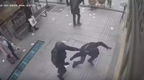Αστυνομικός γλυτώνει ασφαλίτη?? απο τα χέρια ελληνόφωνου  «αντιεξουσιαστή» με μία σφαλιάρα [ΒΙΝΤΕΟ]