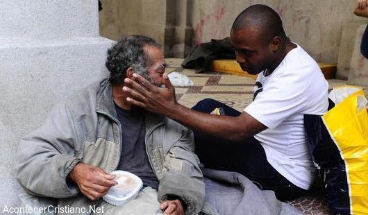 Hombre ayuda a indigentes