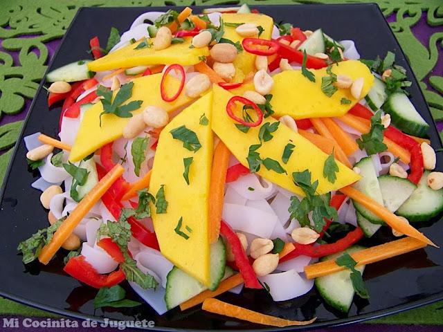 ensalada thai de fideos de arroz con mango