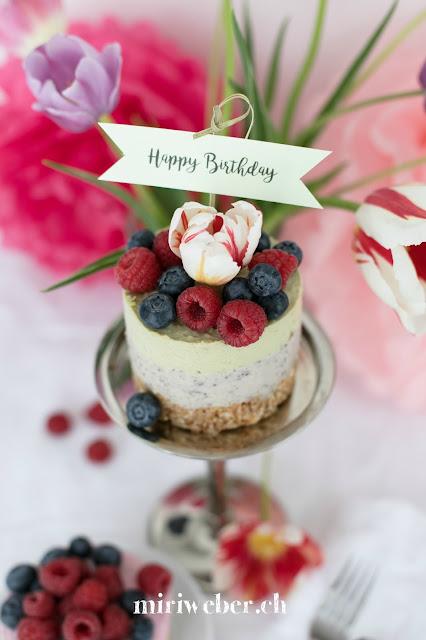 Früchtequarktorte Rezept, Quarktorte mit Cantuccini Boden, Blog Schweiz, Happy Birthday Torte, Geburtstagstorte, gesunde Quarktorte, Quarktorte mit Avocado, Heidelbeeren und Himbeeren