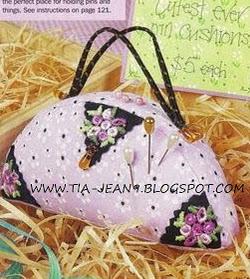 http://tia-jean9.blogspot.com.es/2013/04/alfiletero-bolsa-o-carterita-moldes.html