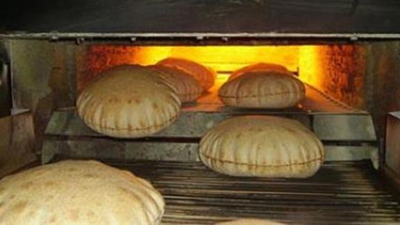 بالسويداء مجروراً للصرف الصحي يعبر مخبزاً لإنتاج الخبز (ويصطم)!!