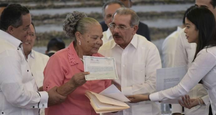 Presidente Medina entrega más de dos mil títulos definitivos en Gaspar Hernández