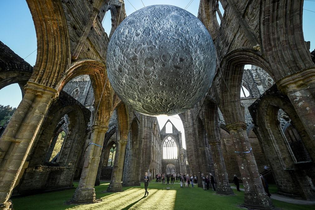 Музей Луны в разрушенном аббатстве