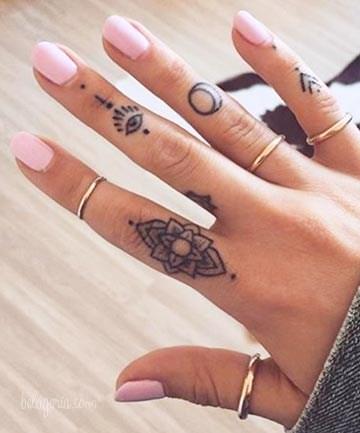 Un tatuaje en los dedos de una chica
