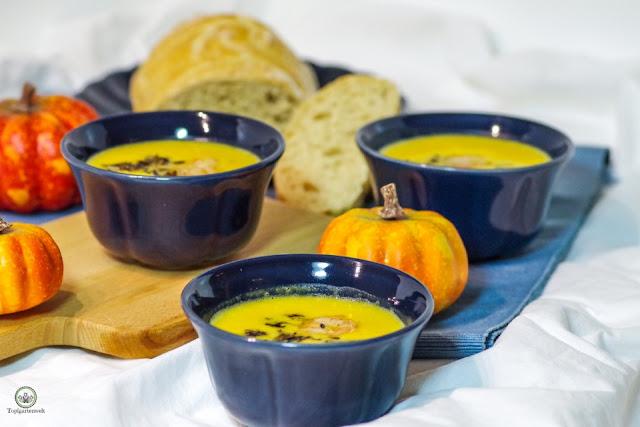 herbstliche Kürbiscremesuppe mit Mascarpone schwarzem Reis und Garnelen - Foodblog Topfgartenwelt