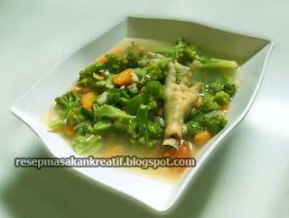 Masakan berkuah yang memakai kombinasi sayuran dalam satu sajian ini menjadi pilihan pr RESEP SAYUR SOP BROKOLI CEKER AYAM