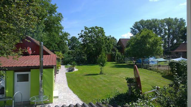oberer Garten mit Hausbaum und mediterranem Platz (c) by Joachim Wenk